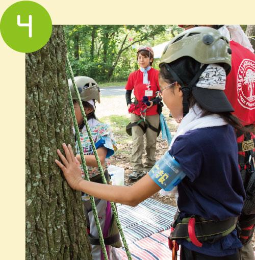 ツリークライミングを実際にはじめる前に、今回登らせてもらう大きなクヌギの木に挨拶「よろしくお願いします!」