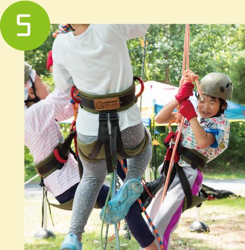 落下防止のセーフティーの結び方を覚えたらレッツクライムオン!フットロープに足をかけて登り始めます。
